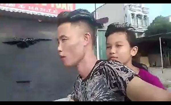 Hiep Ga cho con gai khong doi mu bao hiemchay xe au nhung 1 tay van lay dien thoai quay clip