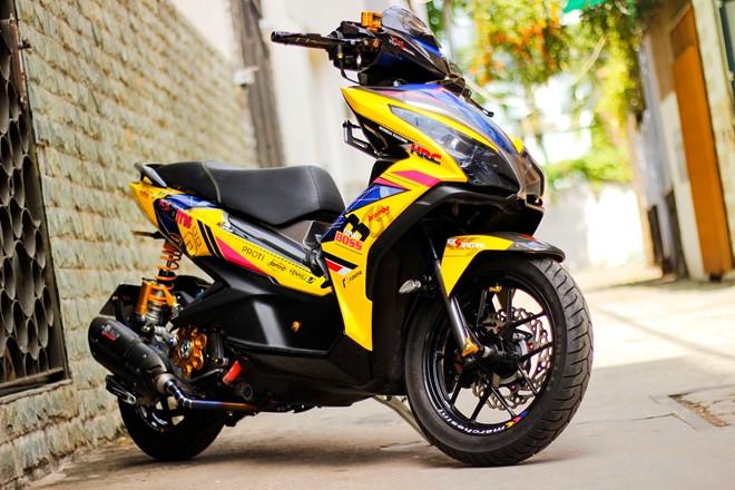 Honda AirBlade len do choi khung cua biker Sai Gon