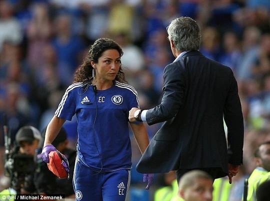 Soc khi HLV Mourinho trung phat nang nu bac si Chelsea