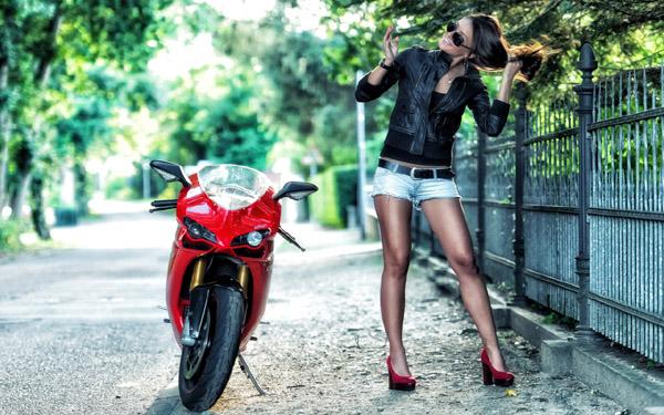 Ve dep rang ngoi cua co mau Tay ben canh sieu xe Ducati 1098S - 4
