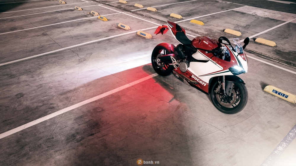 Bo anh dep cua Ducati 899 Panigale Tricolore xuyen man dem - 3
