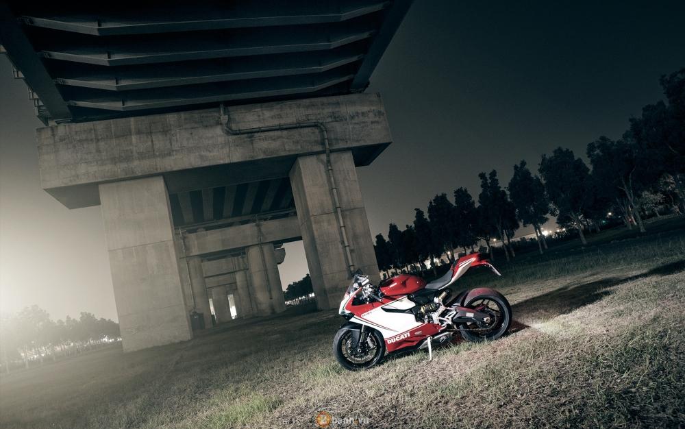Bo anh dep cua Ducati 899 Panigale Tricolore xuyen man dem - 9