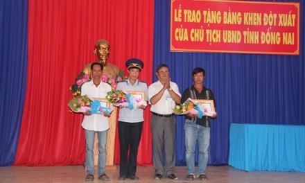 Nguoi bao tin cau Ghenh sap duoc khen thuong