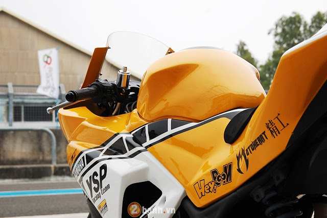 Ve dep hut hon cua Yamaha R3 do theo phong cach xe dua YZRM1 - 5