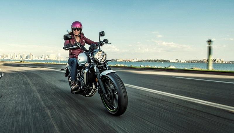 Choi xe moto Phu nu My thich tu xu hoac nho ban be hon la mang den garage - 4