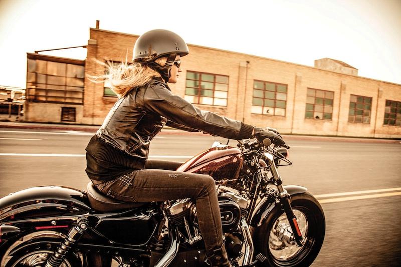 Choi xe moto Phu nu My thich tu xu hoac nho ban be hon la mang den garage - 5