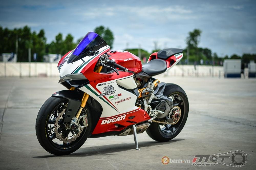 Ducati 1199 Panigale S dam chat choi voi phien ban duong dua