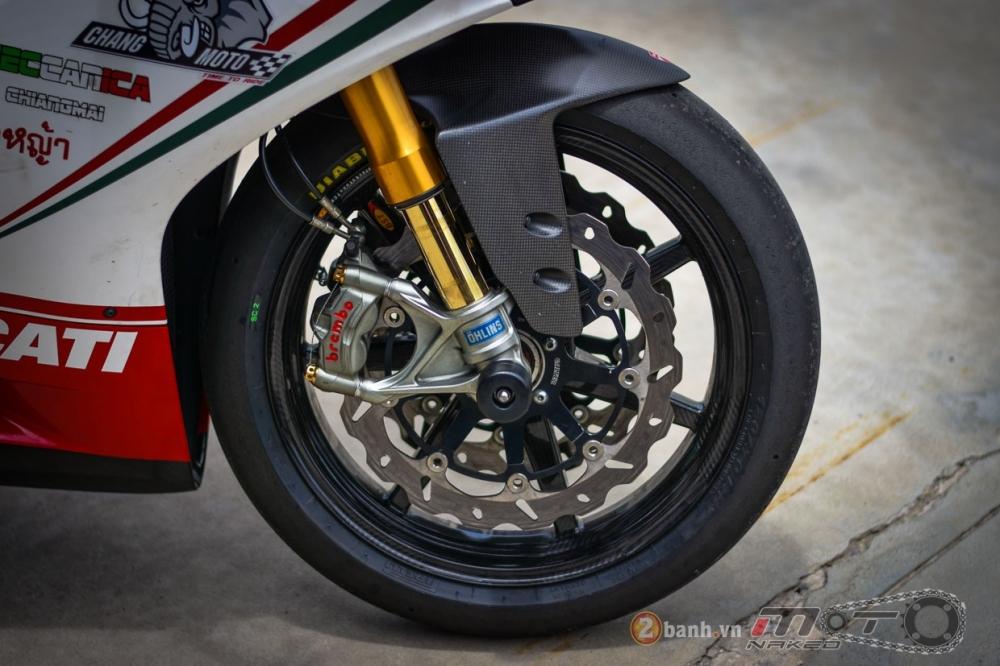 Ducati 1199 Panigale S dam chat choi voi phien ban duong dua - 13