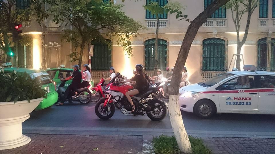 Chan dai Ha Thanh chay Ducati Multistrada 1200 tren pho gay xon xao cong dong mang - 3