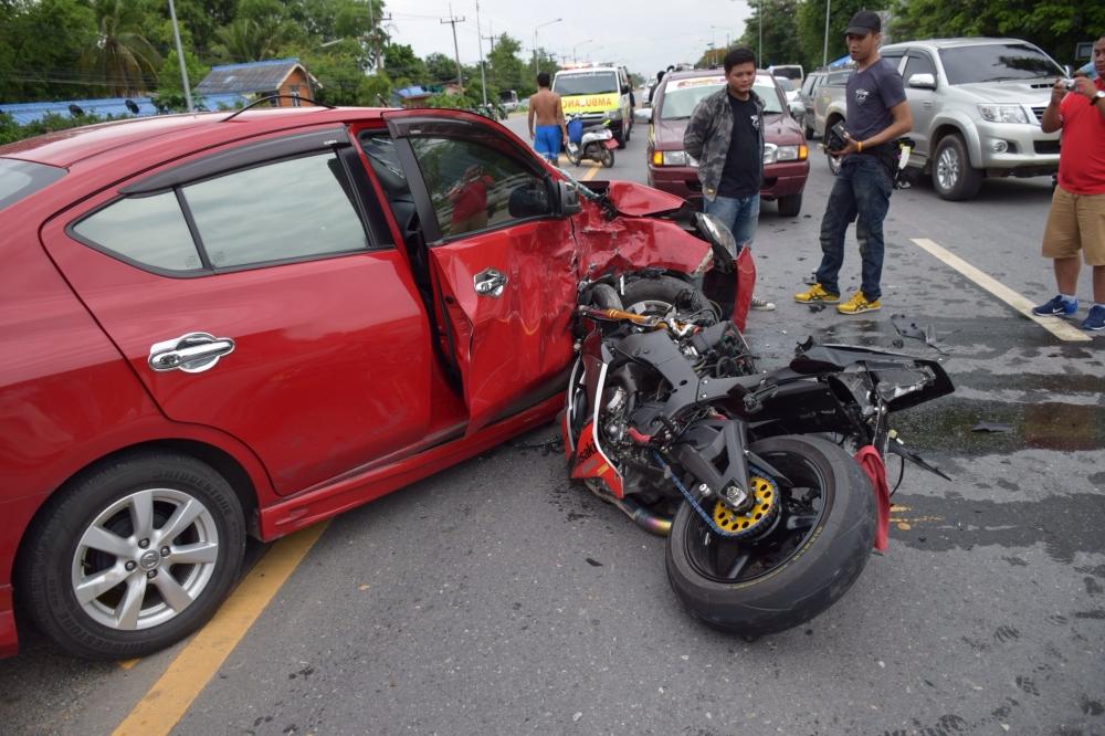 Kawasaki Ninja ZX10R Zen4 banh chanh khi dam thang vao xe Nissan Sunny