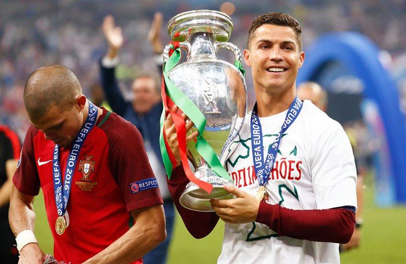 Khoanh khac Ronaldo va cac dong doi ngat ngay tren dinh chau Au - 18