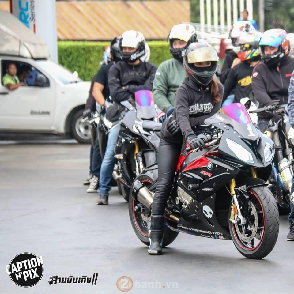 Xao xuyen voi co gai chay BMW S1000RR tren dat Thai - 6