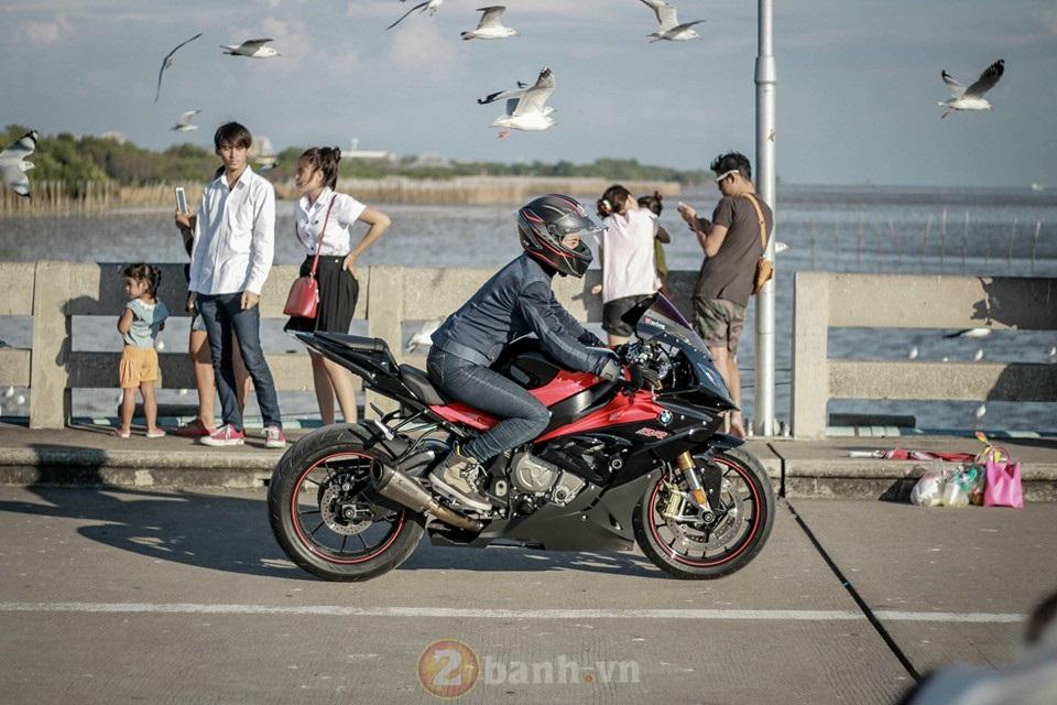 Xao xuyen voi co gai chay BMW S1000RR tren dat Thai - 5
