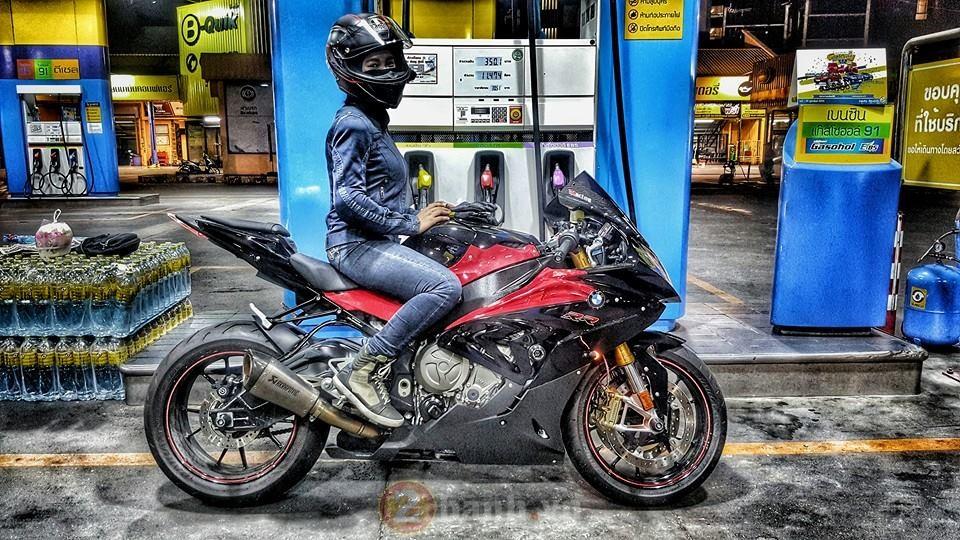 Xao xuyen voi co gai chay BMW S1000RR tren dat Thai - 17
