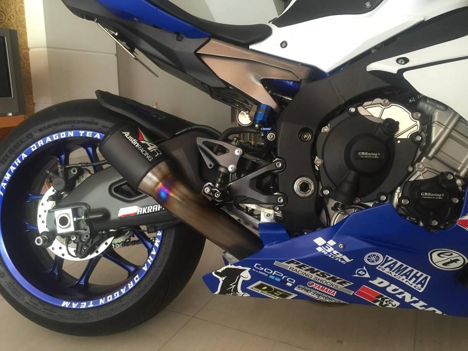 Yamaha R1 long lay voi bo ao dau cung dan po hang hieu - 2
