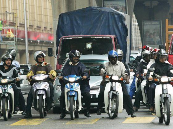 Nguoi su dung xe may do o Malaysia se chi co hai tuan de dua xe ve zin
