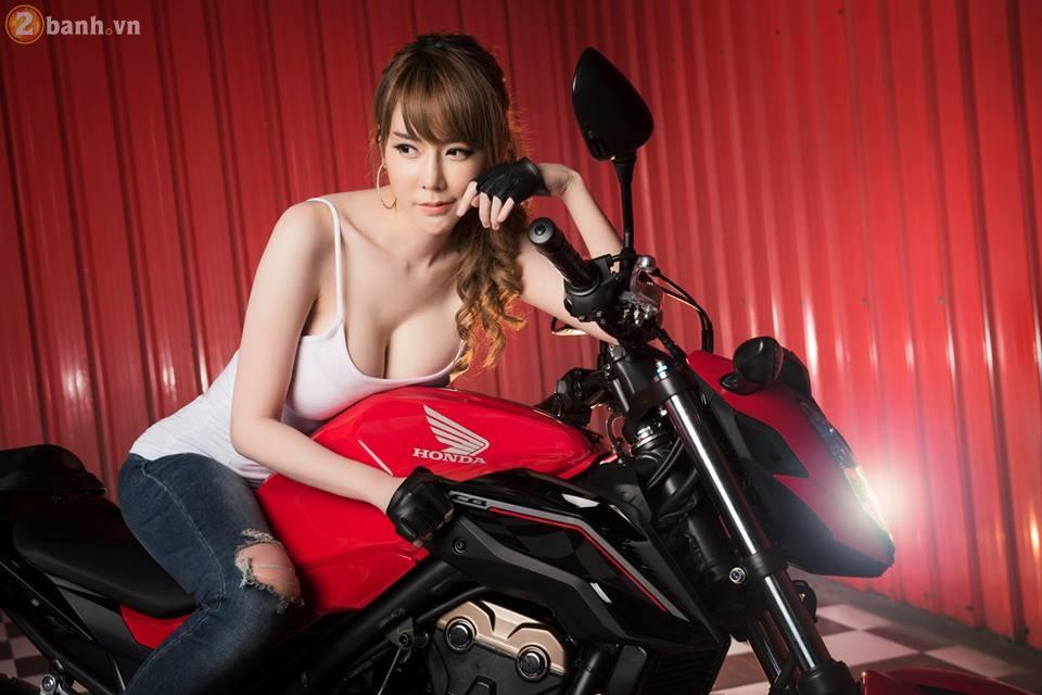 Hotgirl xinh dep tha dang day sexy ben canh Honda CB500F 2017 - 2