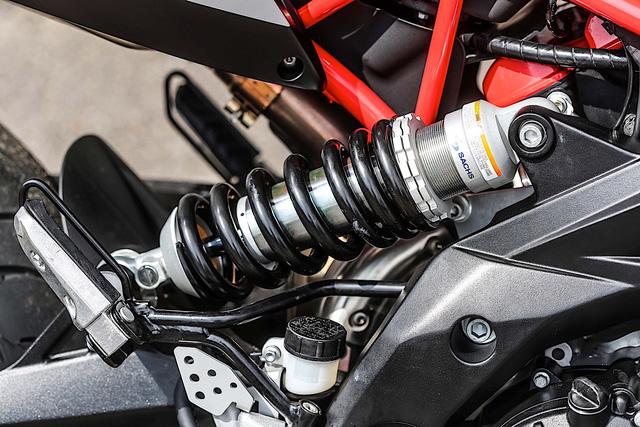 Tan binh Aprilia Dorsoduro 900 2018 Doi thu cua Ducati Hypermotard 939 - 7