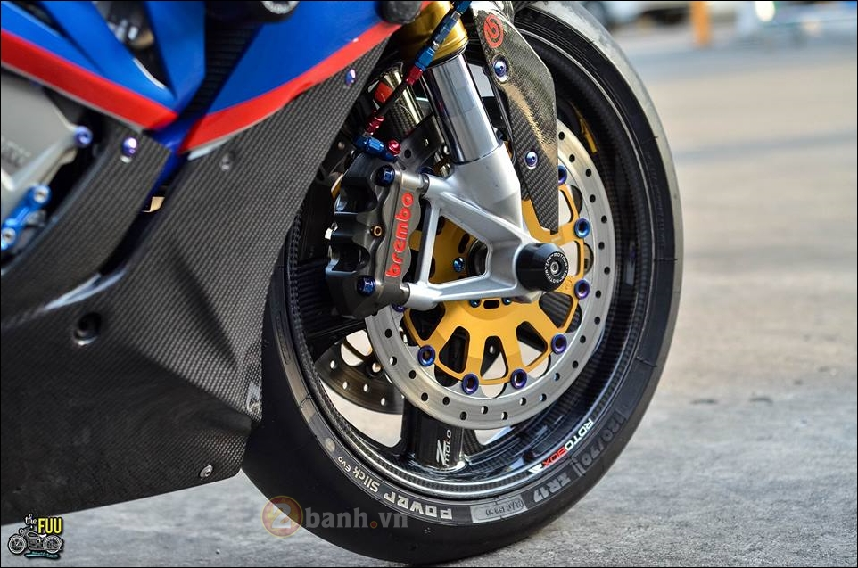 BMW S1000RR do Carbon hoa trong tung chi tiet