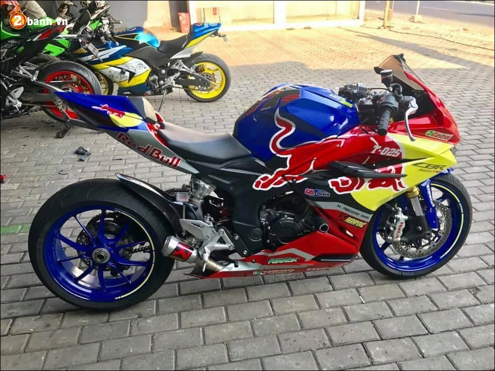 Honda CBR250RR do noi loan ben dan chan Ducati 1199