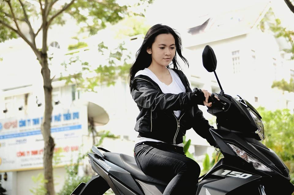 Ngam bo anh cuc chat cua nu biker do dang cung Winner 150
