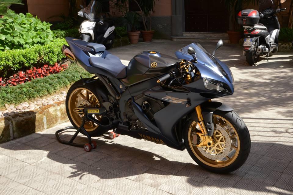 Yamaha R1 chien ma toc do lot xac khong tuong tu trang bi khung