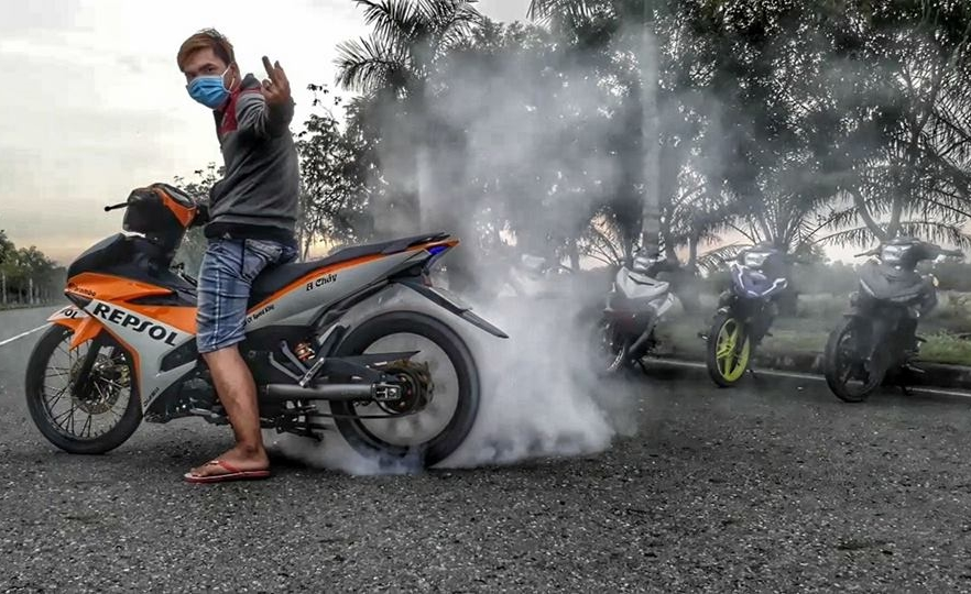 Exciter 150 do dan chan Racing boy dam chat the thao trong bo canh Repsol - 10