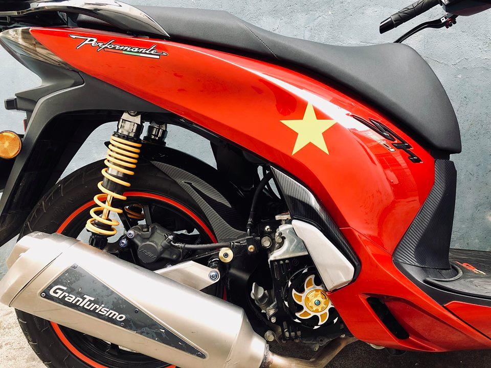 Honda Sh do sang choi voi bo tem do la co nuoc Viet - 6