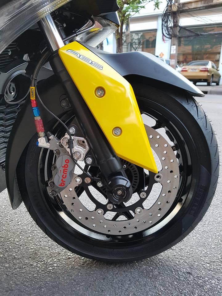 Yamaha XMAX 400 trang bi tan rang voi dan do choi hang hieu - 10