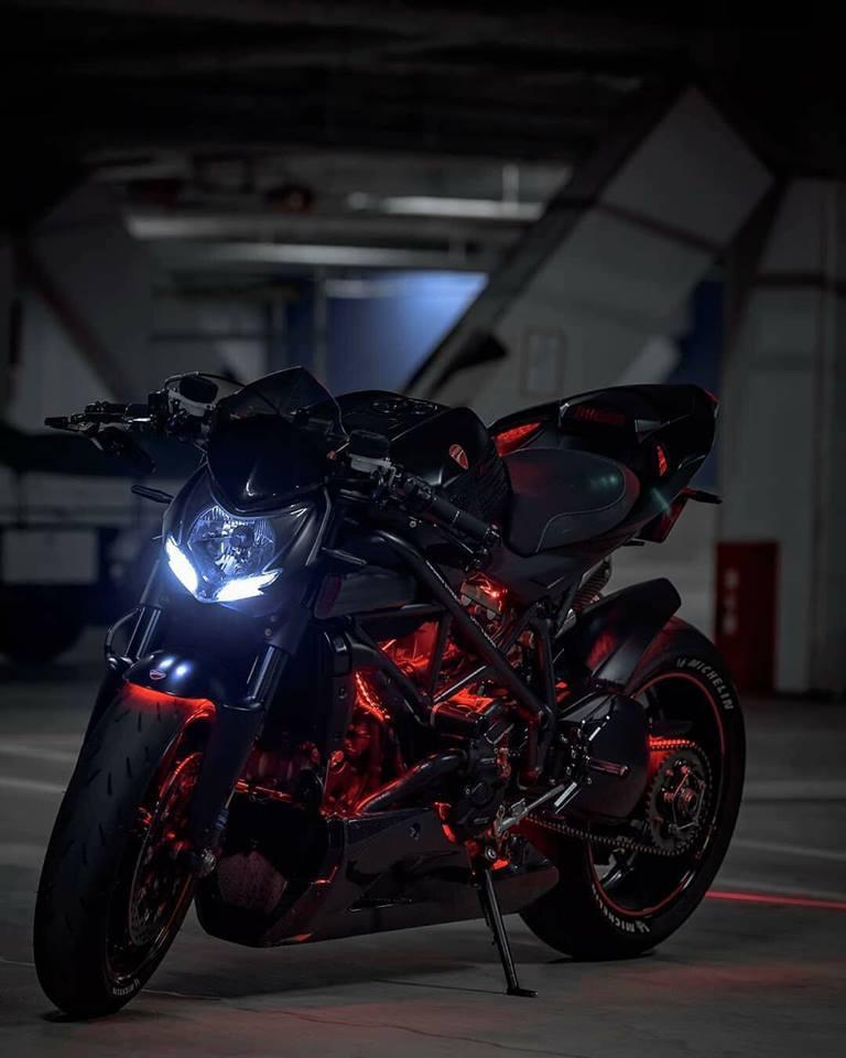 Ducati Streetfighter 848 ga con do duong pho tao dang cuc ngau duoi tang ham toi den