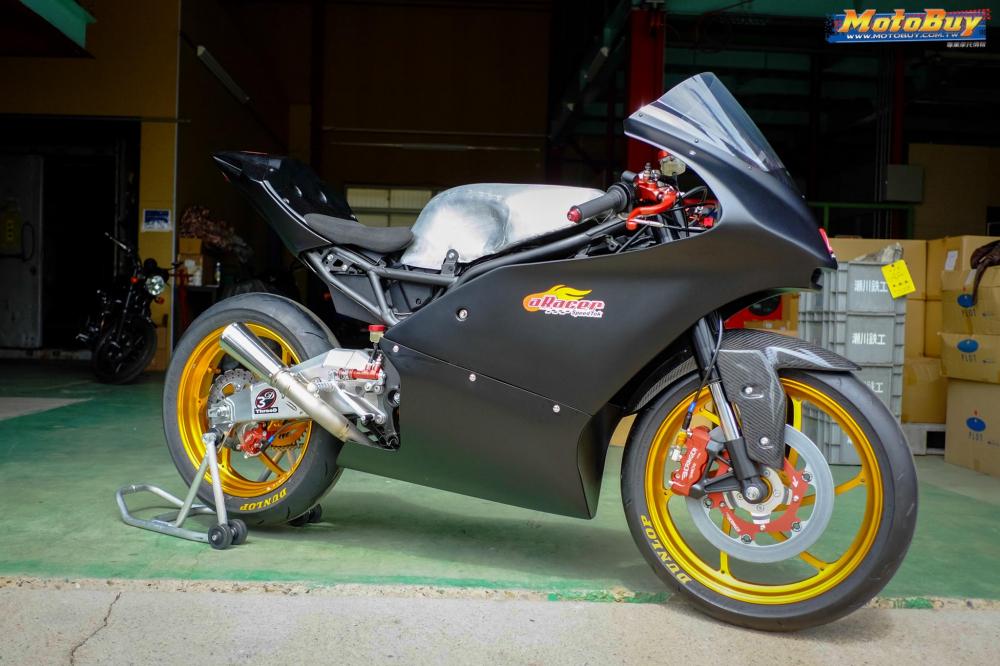 Kawasaki Ninja 250 chien binh Darknight so huu dan chan CNC kich doc