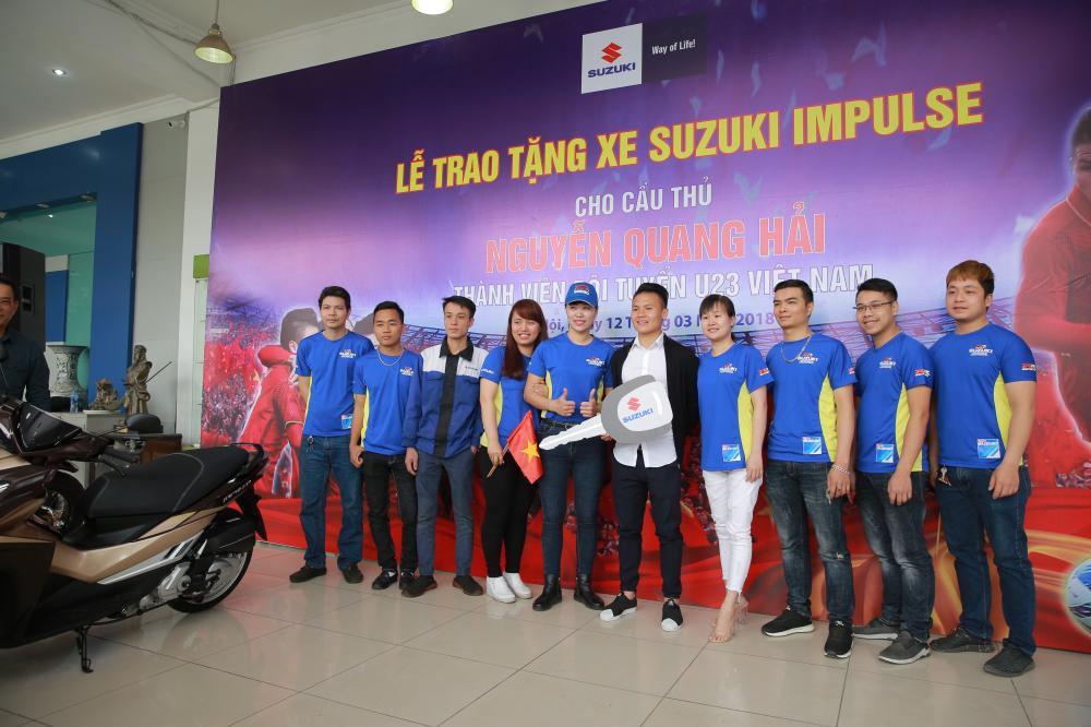 Suzuki trao qua tang cho tuyen thu U23 Nguyen Quang Hai