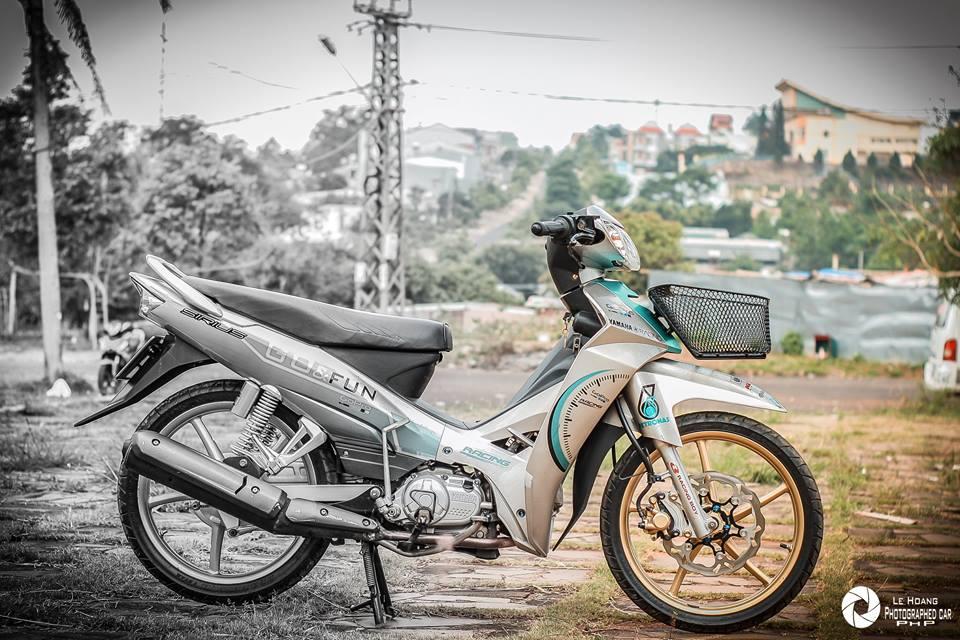 Sirius 110 do mang ve dep gian don tren nen xanh ngoc bich cua biker pho nui - 7
