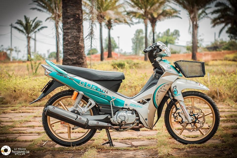 Sirius 110 do mang ve dep gian don tren nen xanh ngoc bich cua biker pho nui - 9