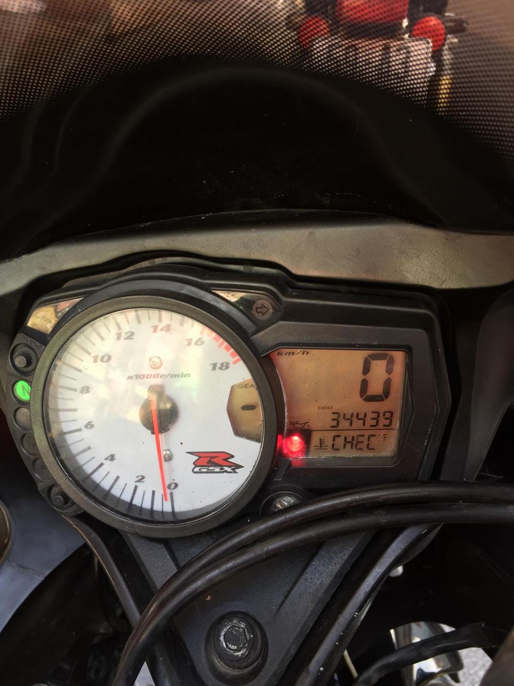 Suzuki GSXR750 ngua dua huyen thoai len san - 6