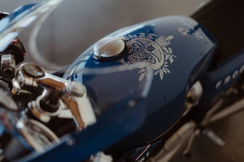 Triumph Thruxton R su tro lai cua huyen thoai Cafe Racer mang phong cach Hoang Gia - 5