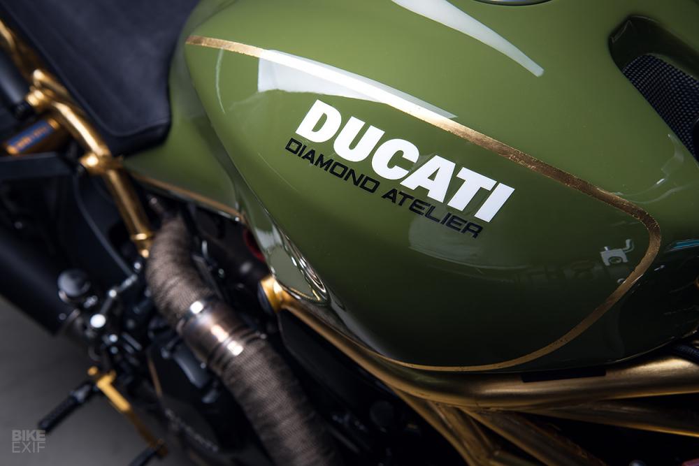 Ducati Monster 1200R do noi bat voi khung xe ma vang 24k - 4