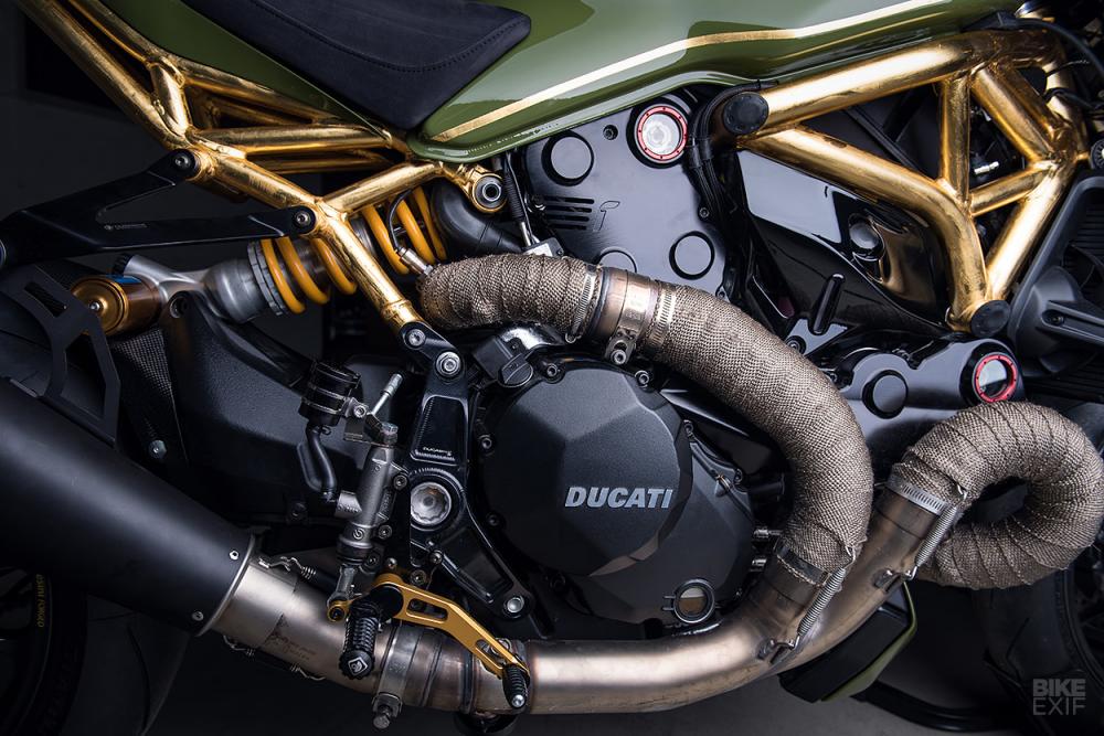Ducati Monster 1200R do noi bat voi khung xe ma vang 24k - 8