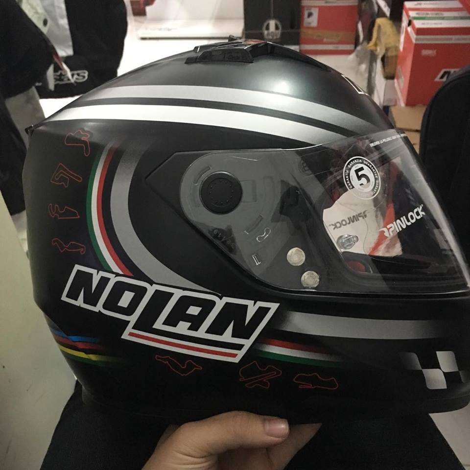 Moto299 Mu bao hiem nho nhe Nolan N64 den bong