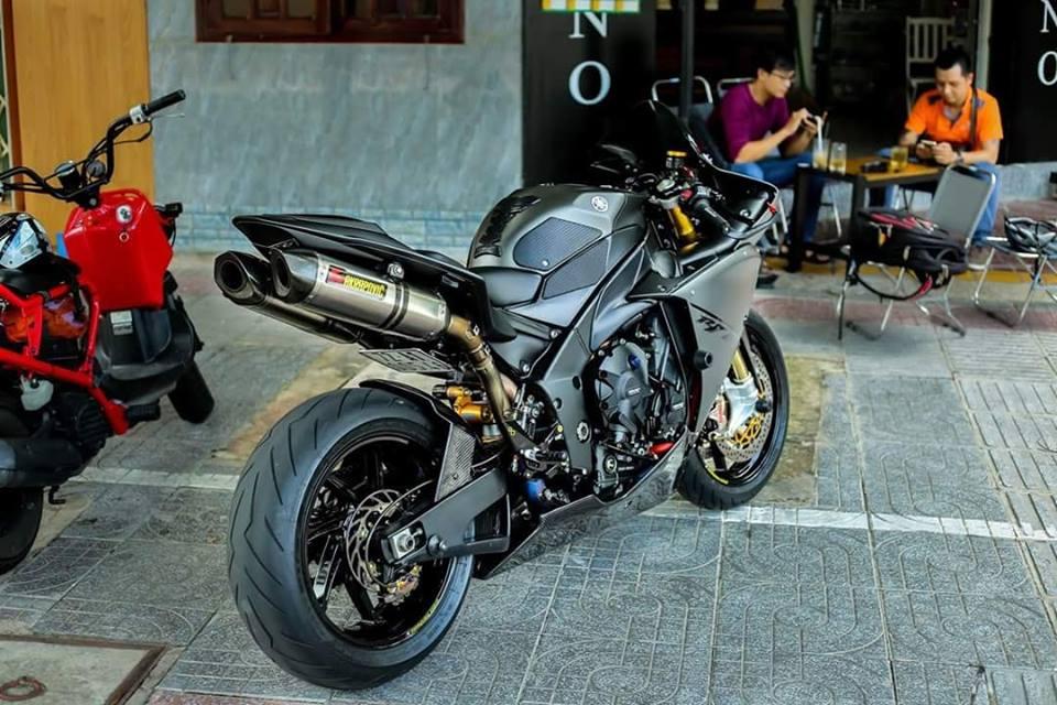 Yamaha R1 ban do Matte Black an tuong tren dat Viet