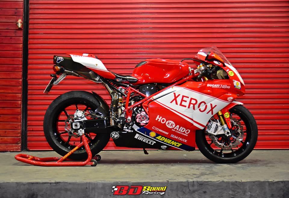 Ducati 749R Mo to huyen thoai Y hoi sinh voi phong cach tem dau Xerox