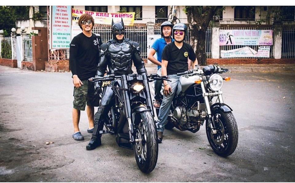 Harley davidson VRod do banh beo mang phong cach Batman cua Biker Viet - 10