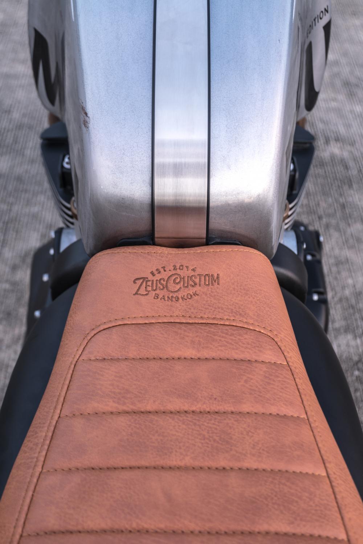 Triumph Thruxton 1200 R ban do Cafe Racer den tu Zeus Custom - 7