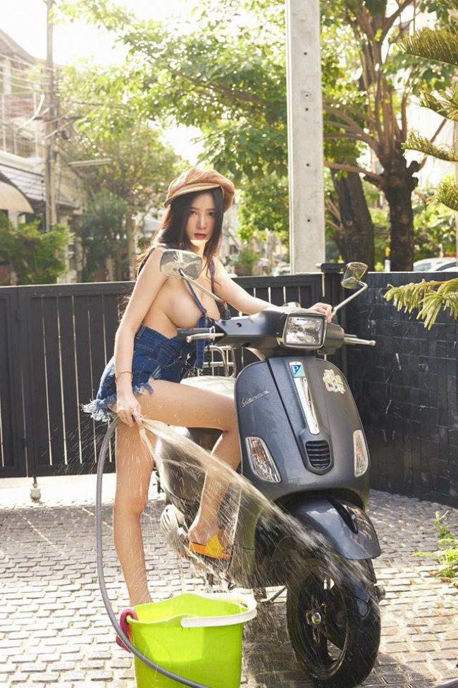 Anh Chan dai sexy rua xe may khien canh may rau phat sot - 2
