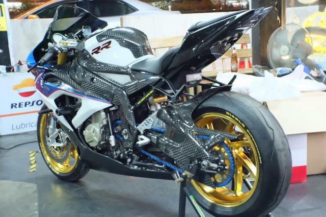 BMW S1000RR hoan thien voi than hinh full Carbon fiber - 10