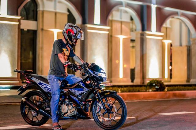 Bo anh Satria 150 do kieng khoe dang trong dem toi bi an - 10