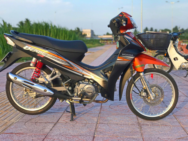 Honda Blade 110 duoc do voi vai mon do choi