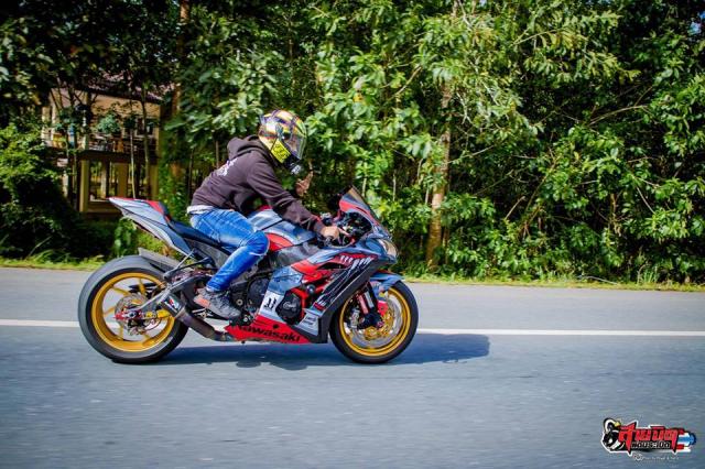 Kawasaki ZX10R do chat choi do dang cung chu xe dep trai - 6