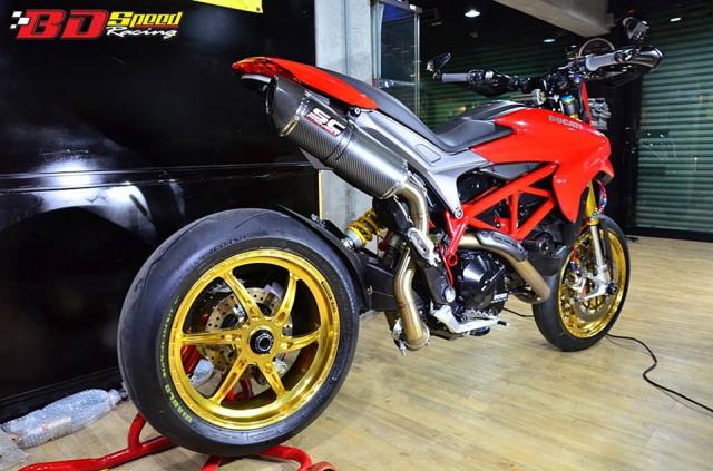 Ducati Hypermotard day khieu goi voi dan chan hang nang