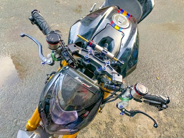 Ducati Streetfighter day noi bat tren duong pho Viet